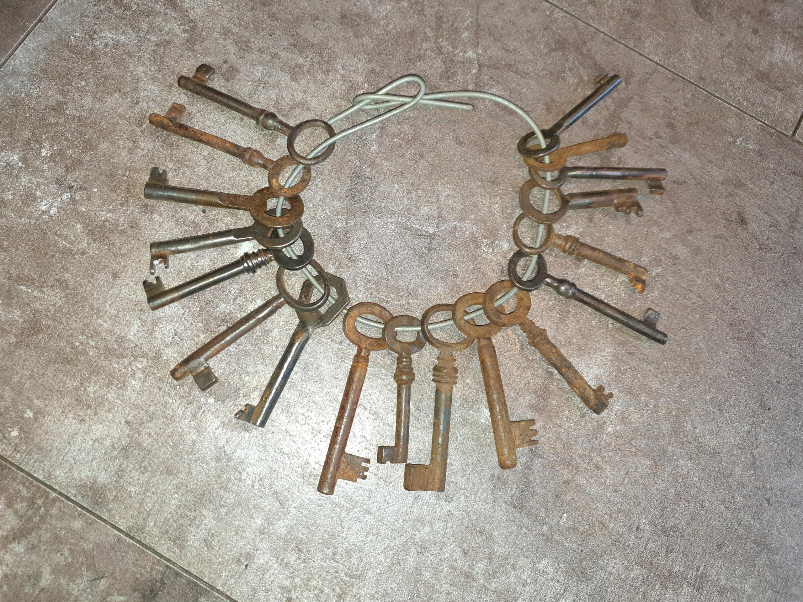 Stary pęk kluczy, cena za 18 szt. do bramy, bramki