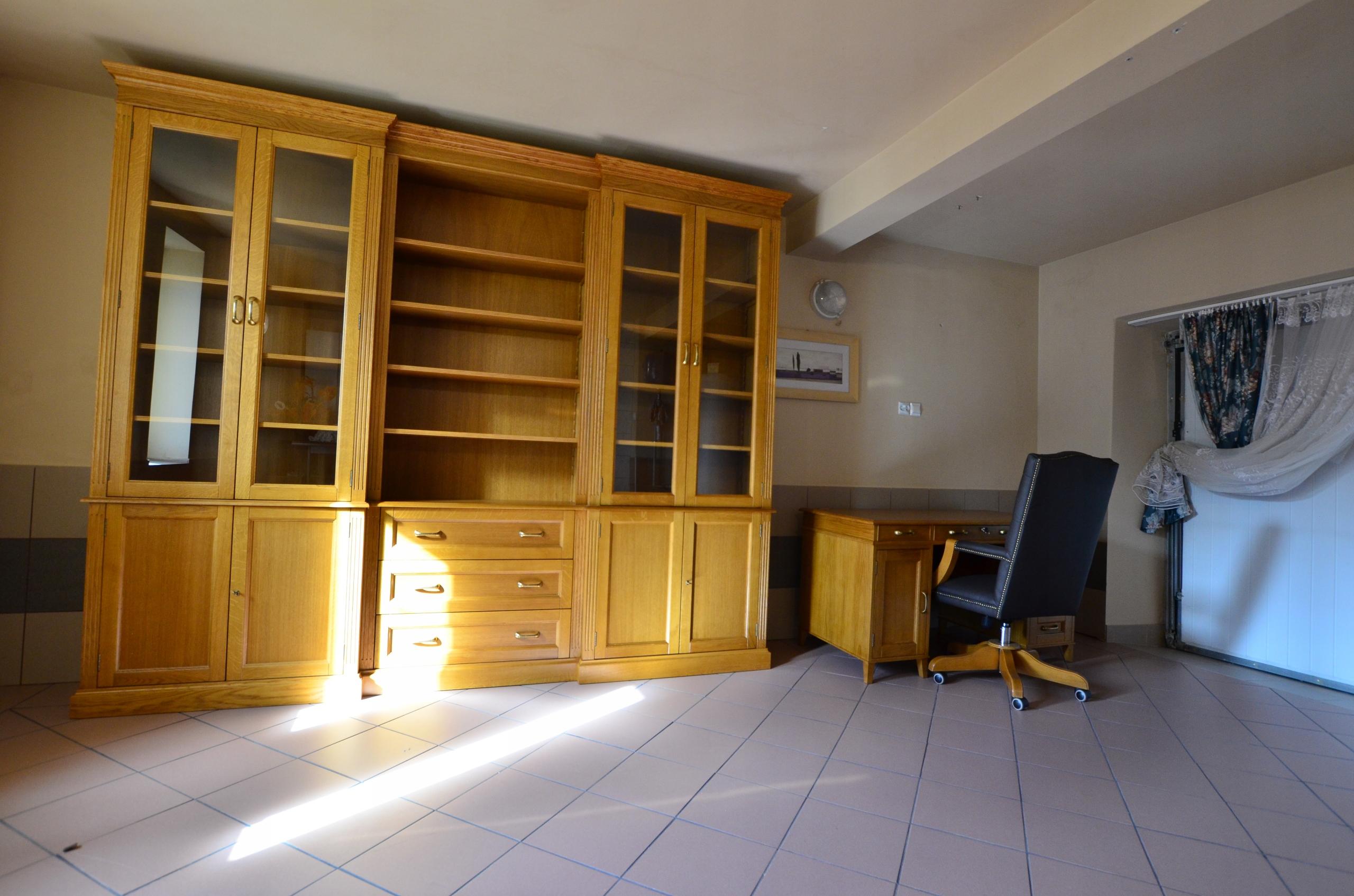 Комплект из библиотеки и письменного стола с креслом.
