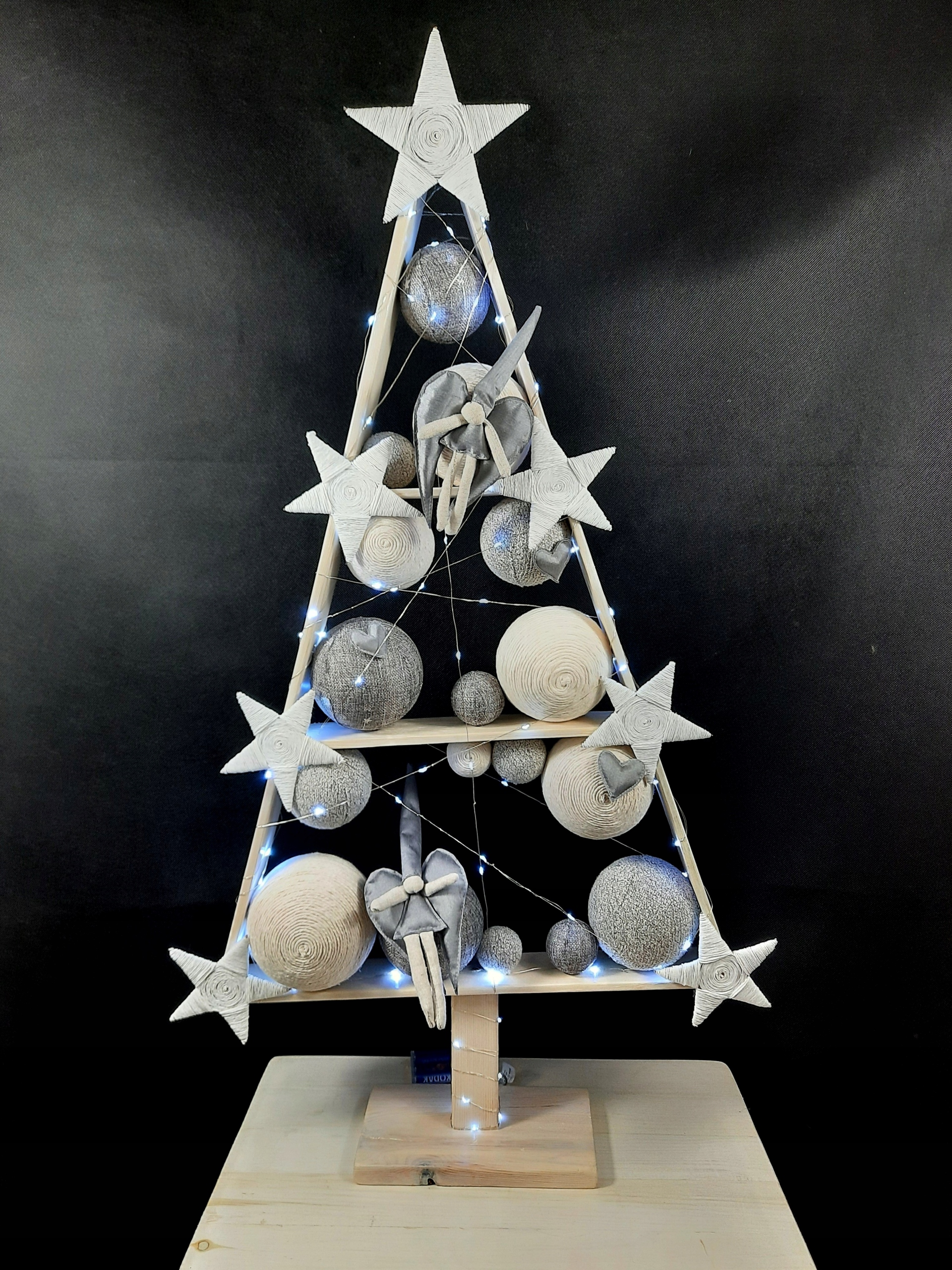 Veľký drevený vianočný stromček v LED šedej farbe