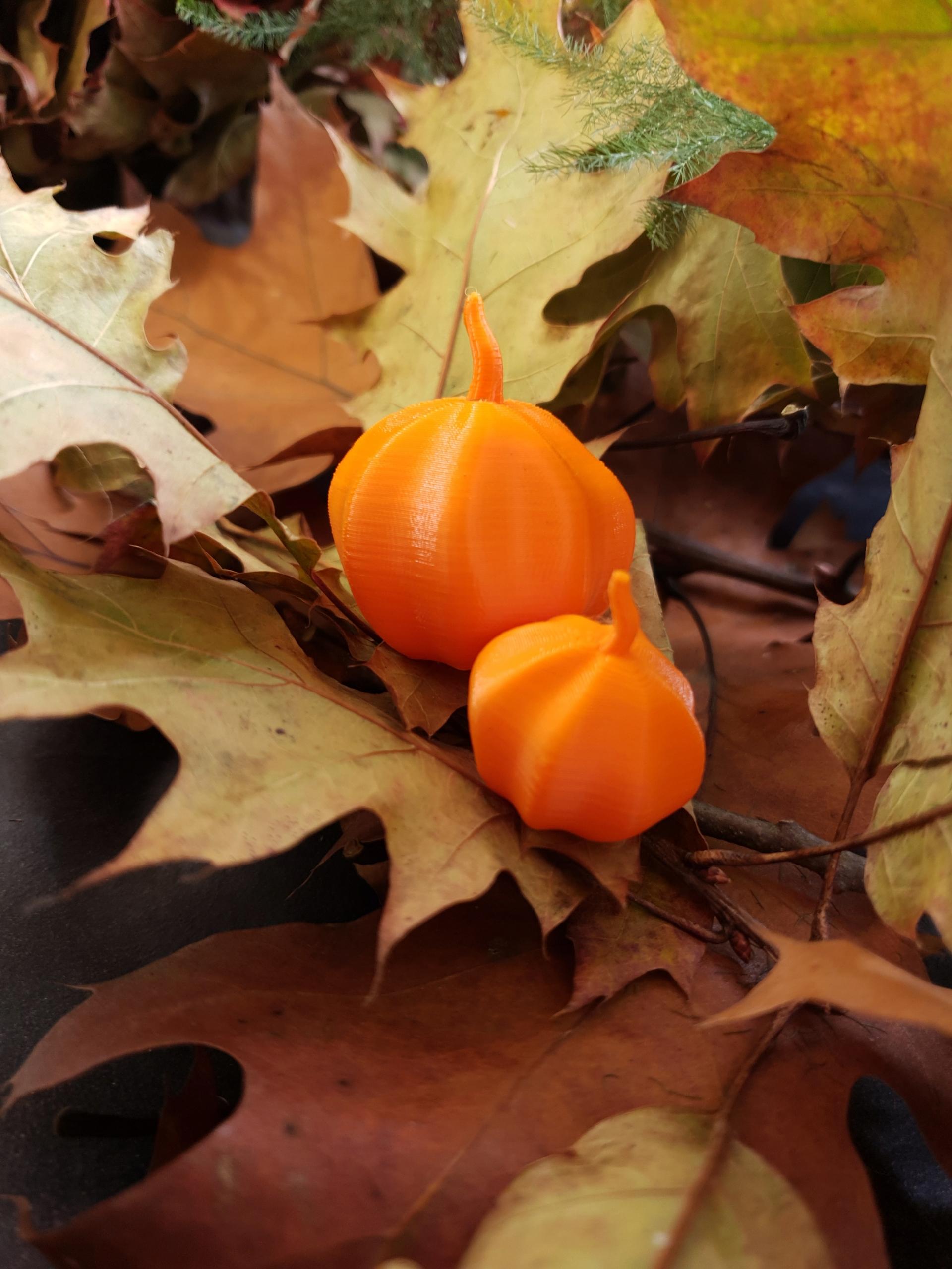 Фигурка из оранжевой тыквы, украшение, высота ок. 2,8 см