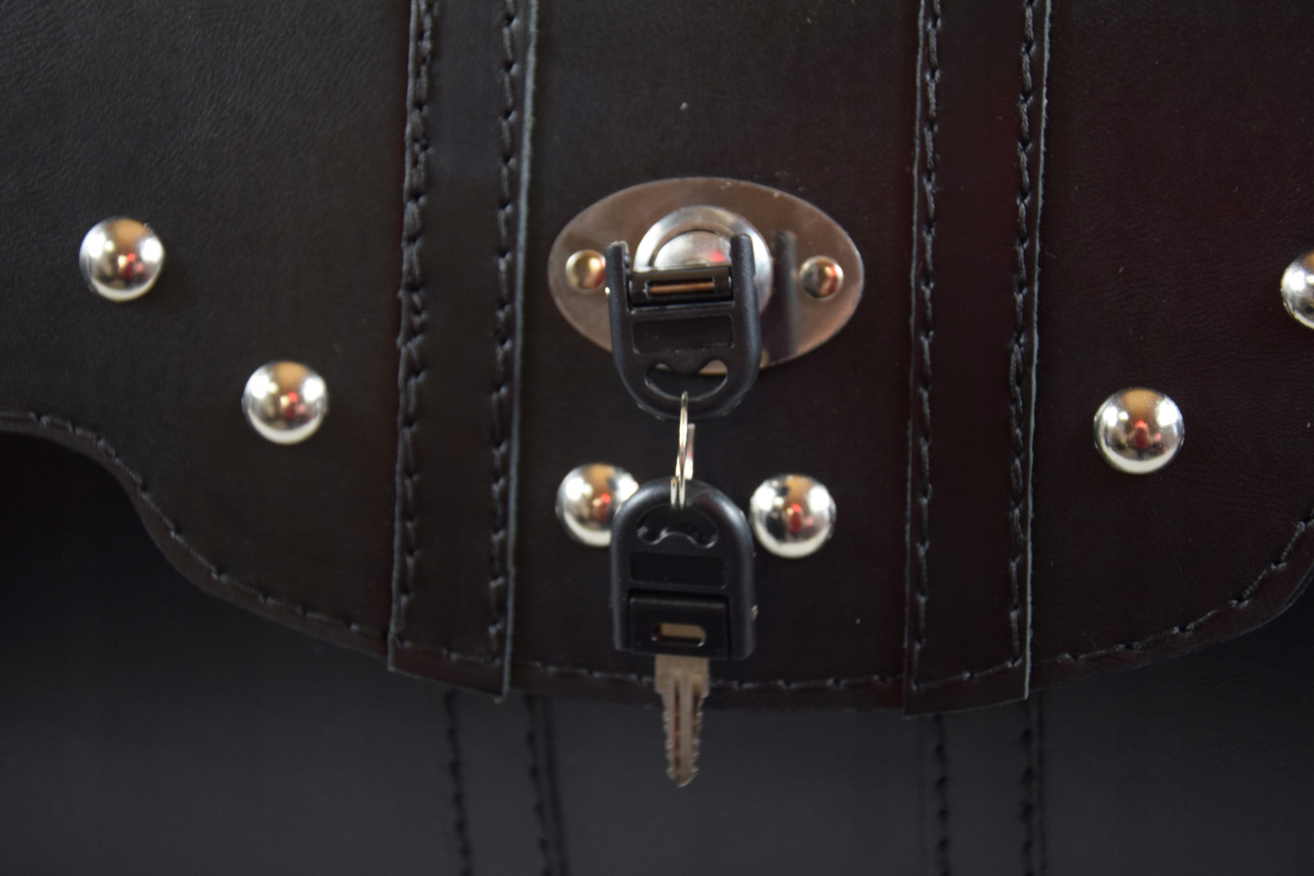 Skórzany kufer z zamkiem SAKO tylni kufer K29