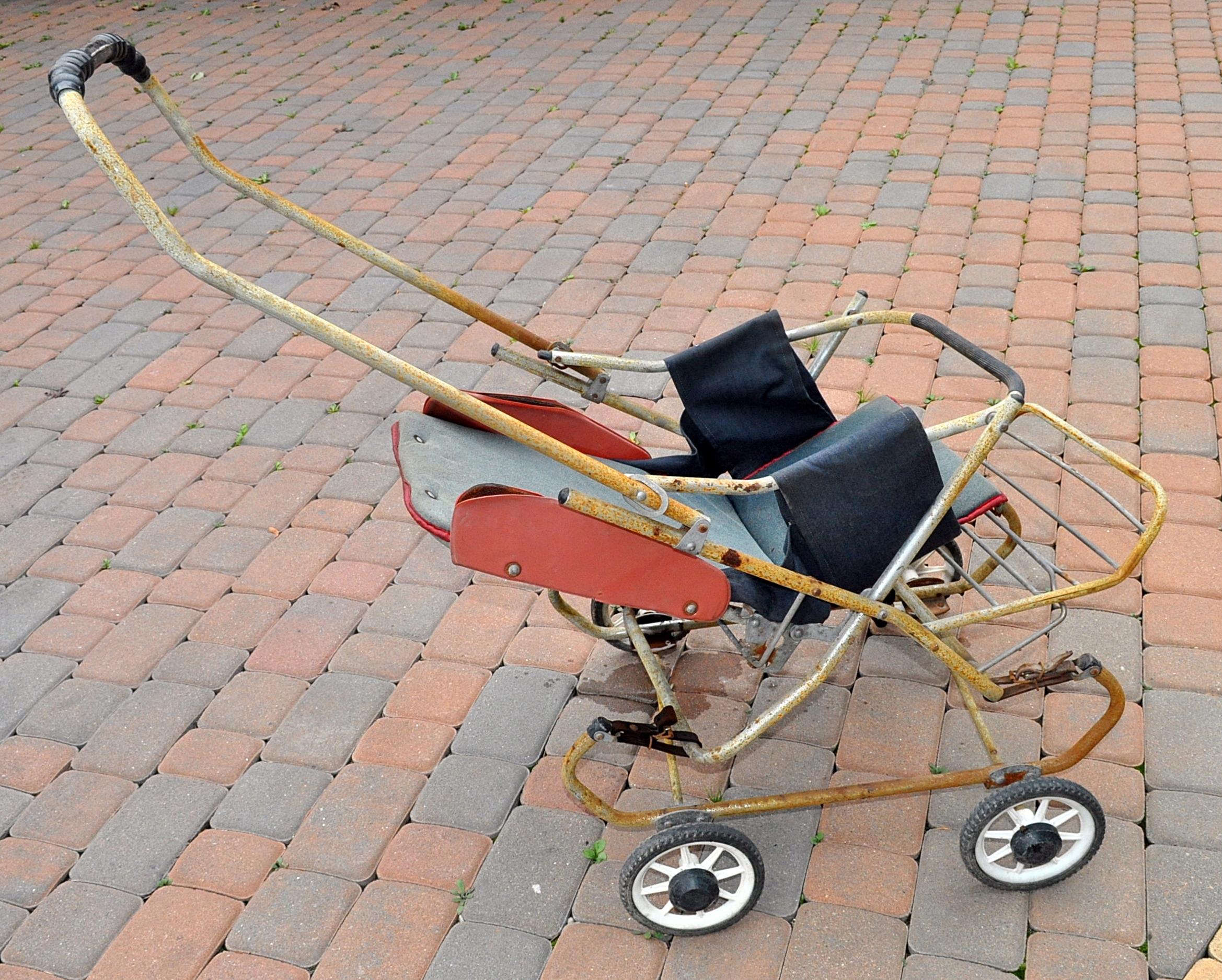 Wózek dziecięcy z okresu PRL