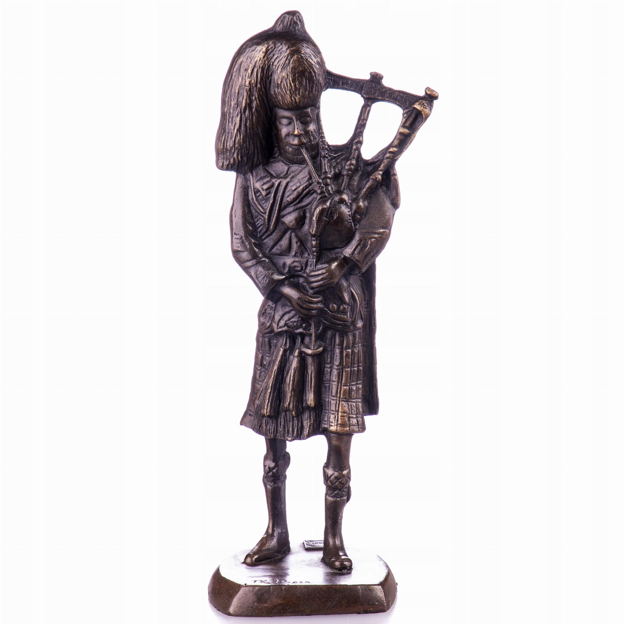 Socha v bronzovom Škótovi Kiltovi s gajdami v retro štýle