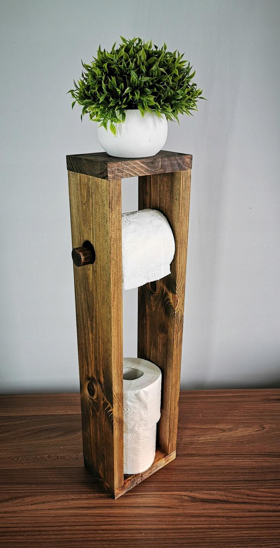Držiak na toaletný papier s drevenou rúčkou