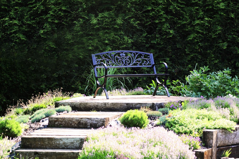 Kovová lavica ako kovaná, pevná, odolná konštrukcia Výrobca HOME & GARDEN