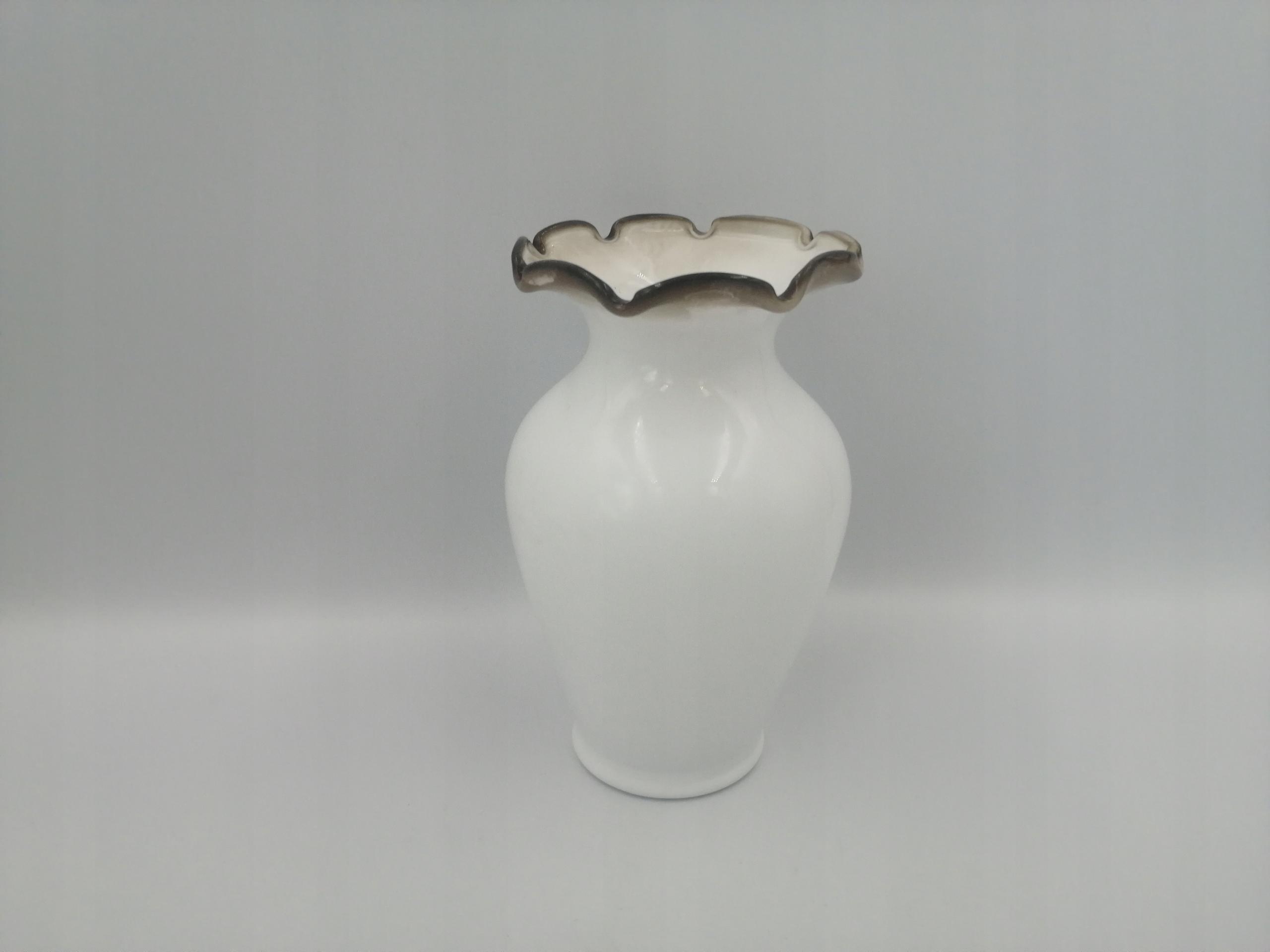 Стеклянная ваза белого цвета из стекла из Польской Народной Республики