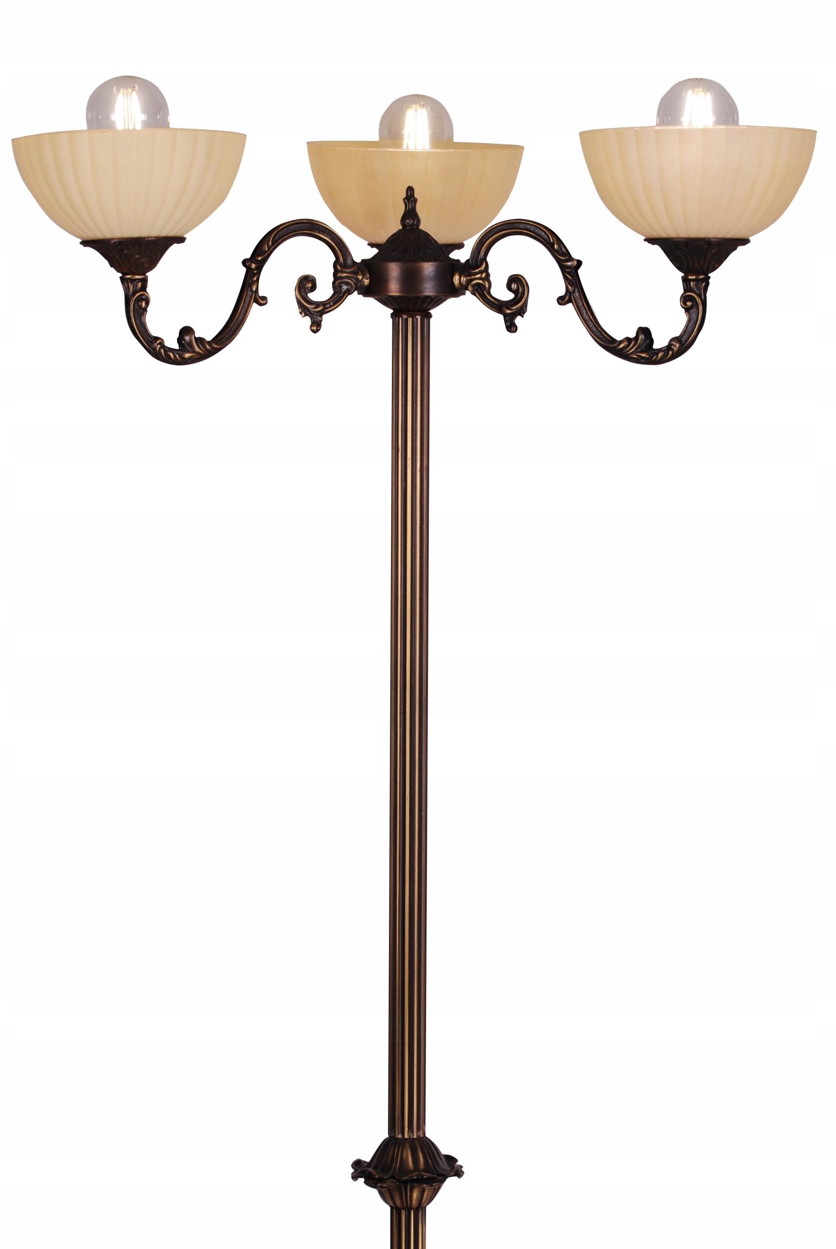 Vintage stojaca lampa zdobená patinou