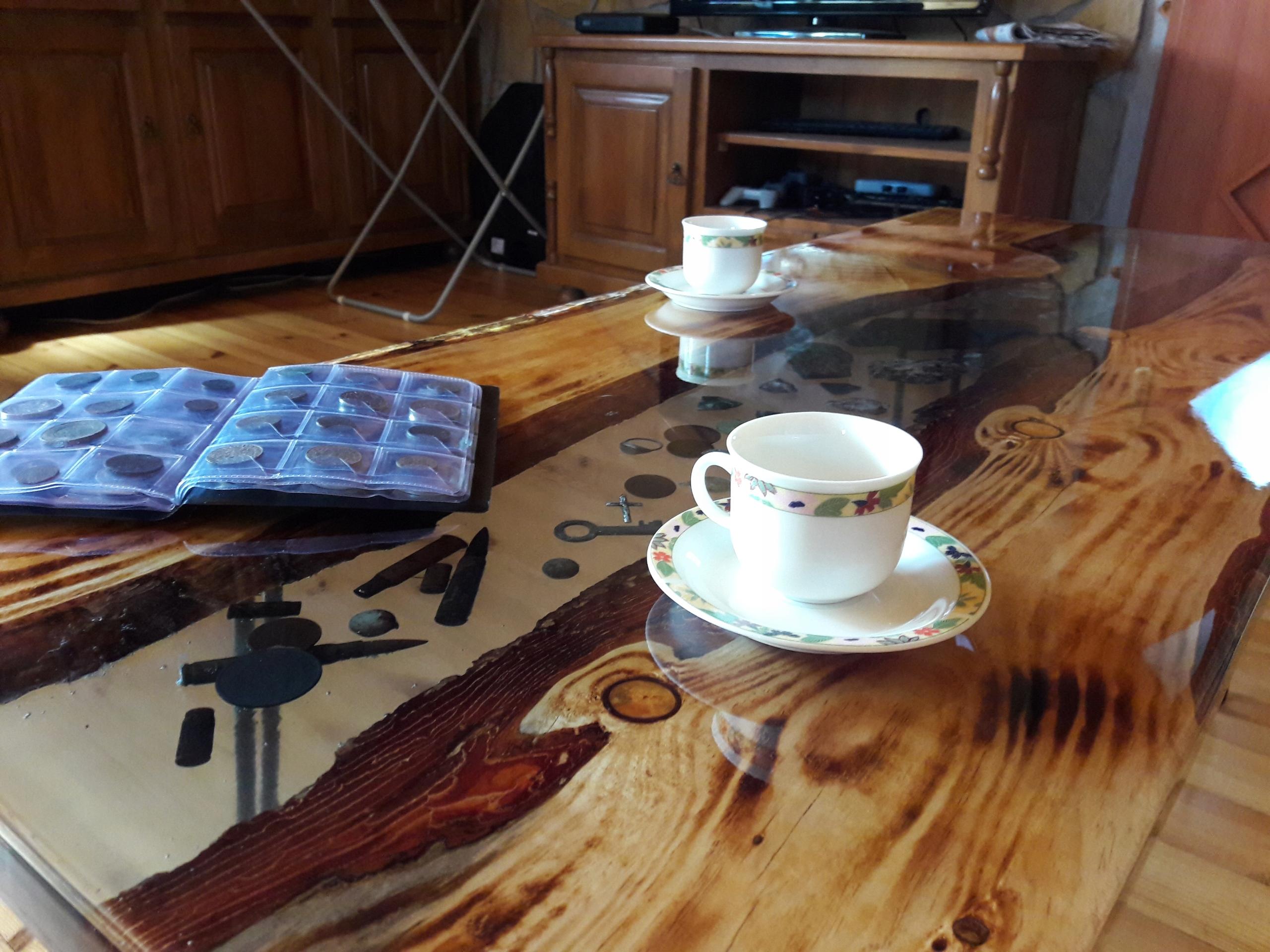 Stolik z opalanej sosny i żywicy epoks._123/50 cm