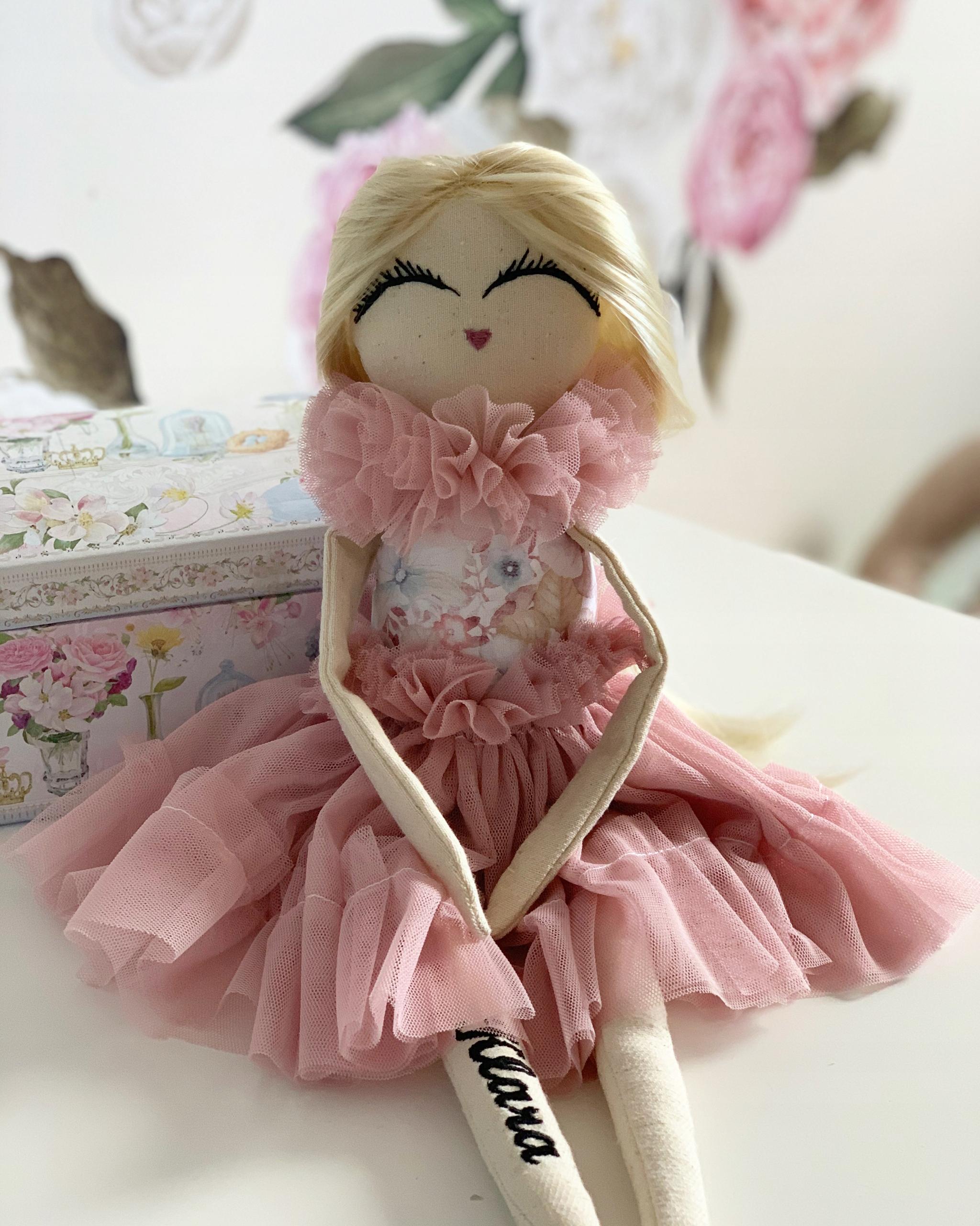 Bábika s menom dieťaťa, darček k narodeninám ako hračka