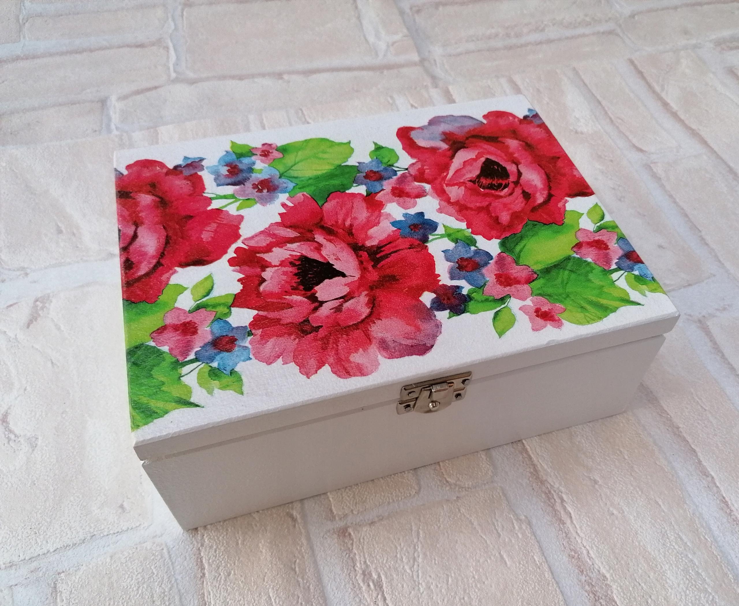 Krabica s prepážkami, venovanie červenými pivonkami