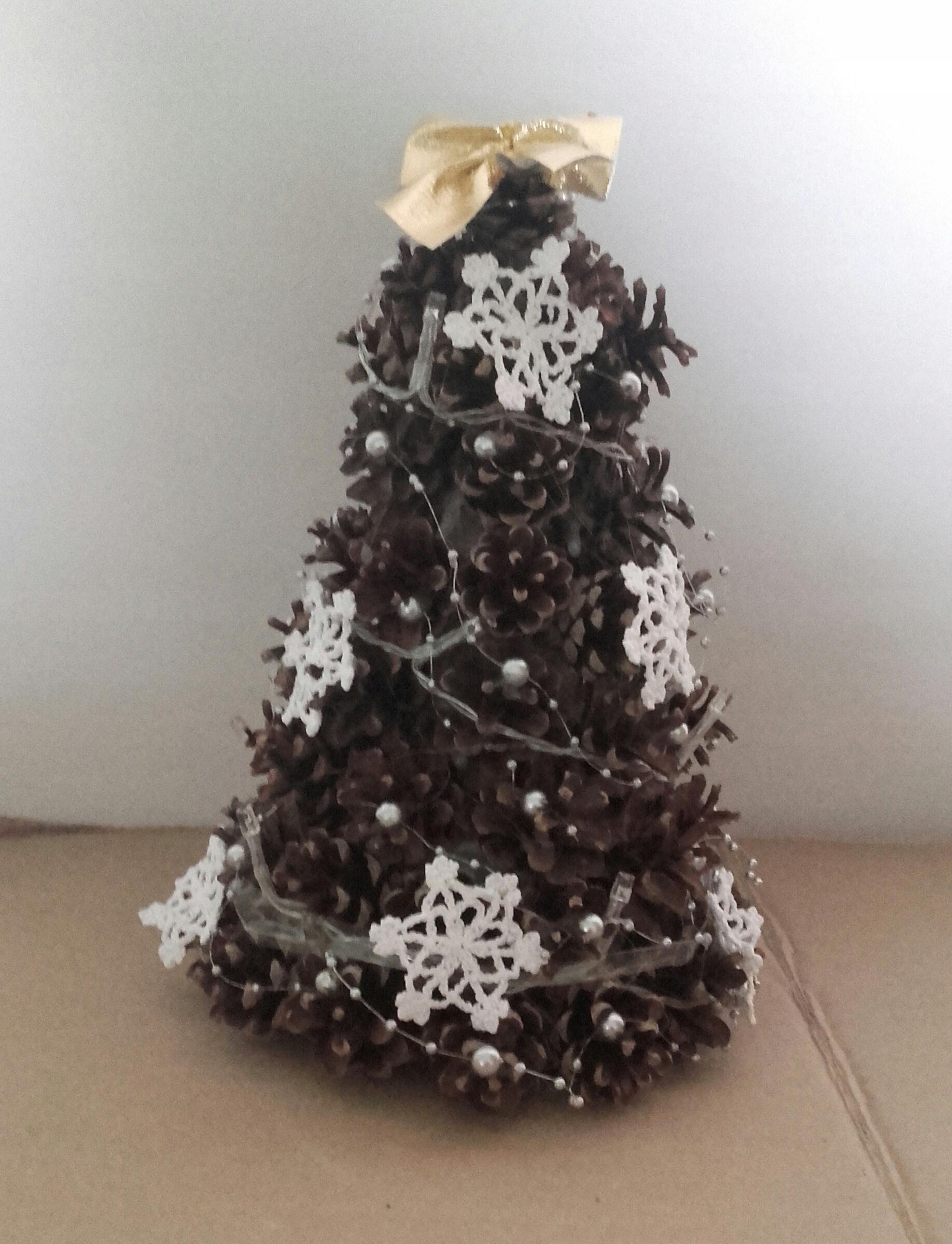 Vianočný stromček zdobený malým, ozdoba zo šišiek