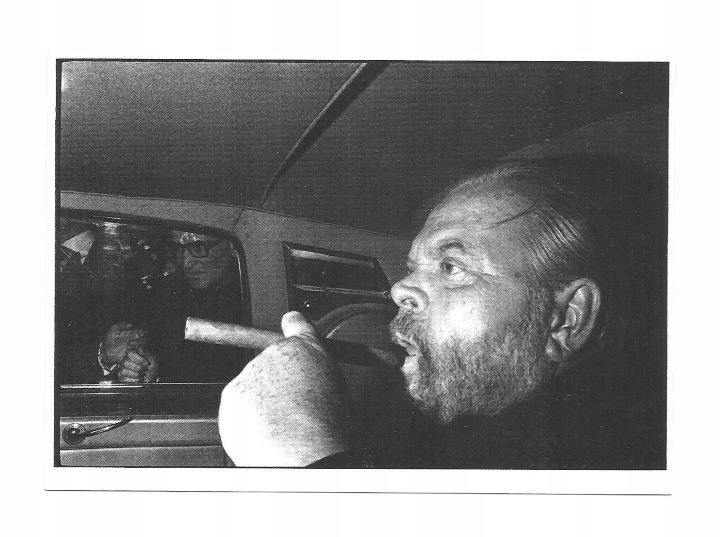 Открытка - Орсон Уэллс в машине и с сигарой