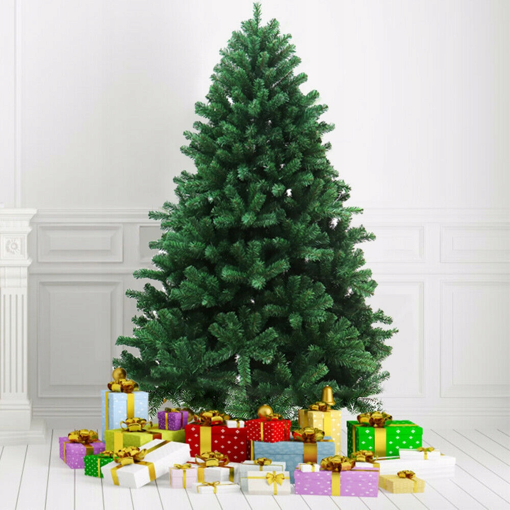 Новая искусственная елка не декорирована!