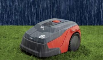 Robot koszący w deszczu