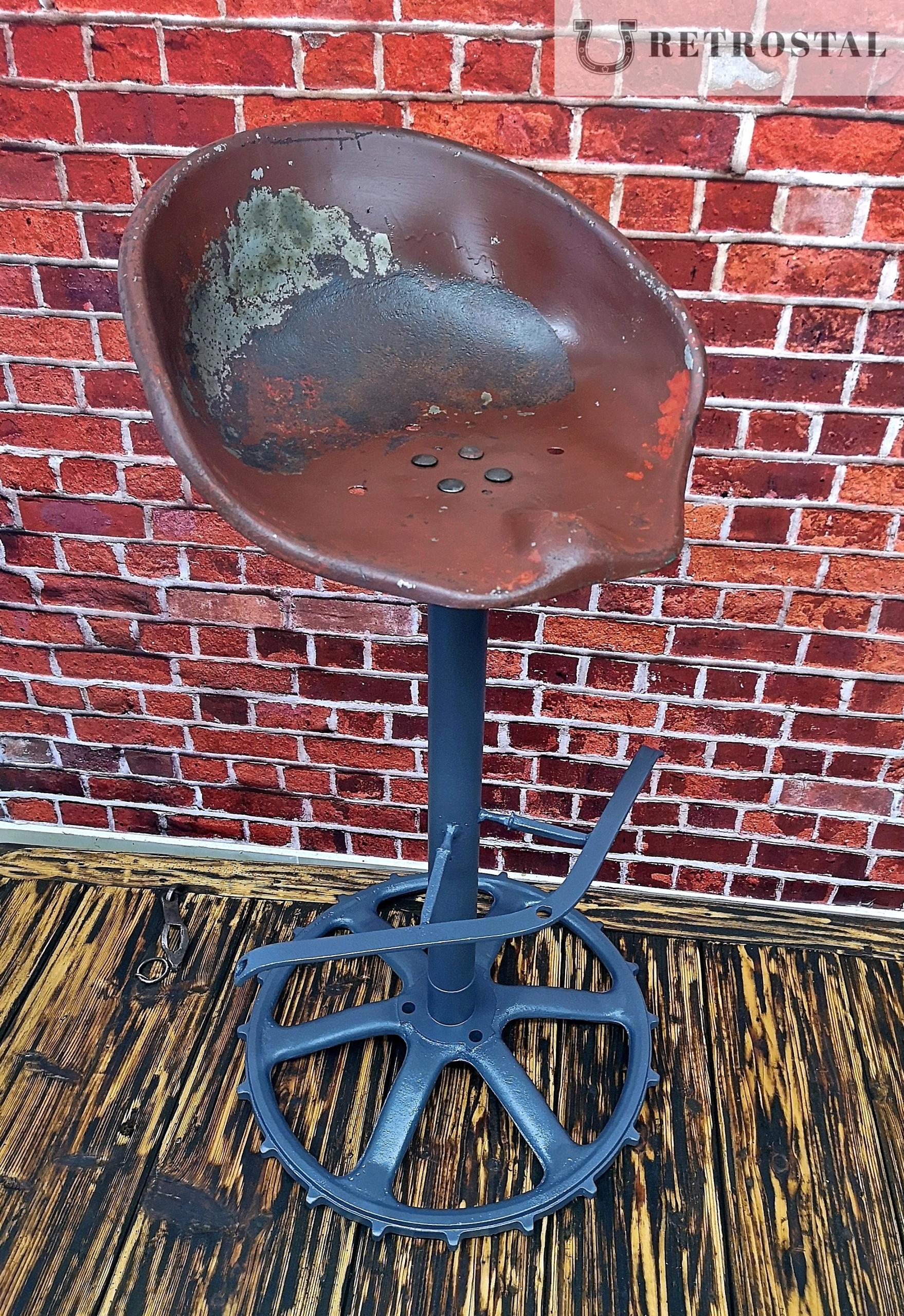 Retro otočná barová stolička na liatinovom ozubenom kolese