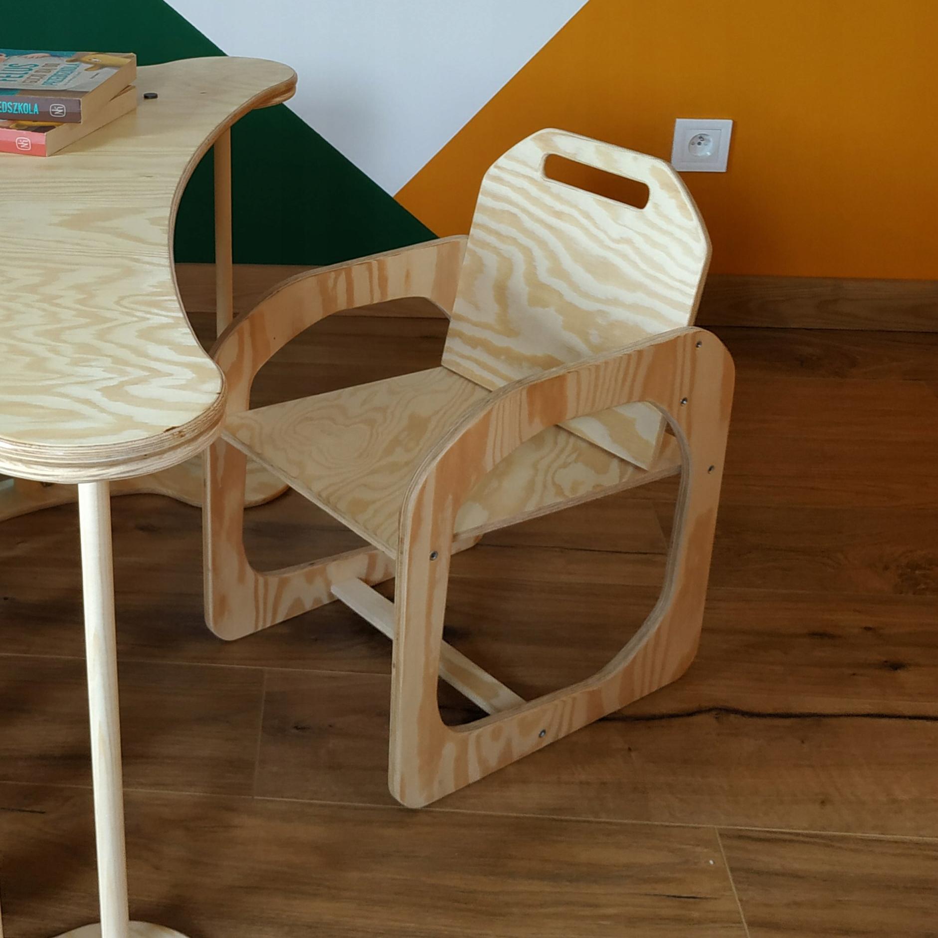 Необработанный деревянный стул - аксессуар для рокера