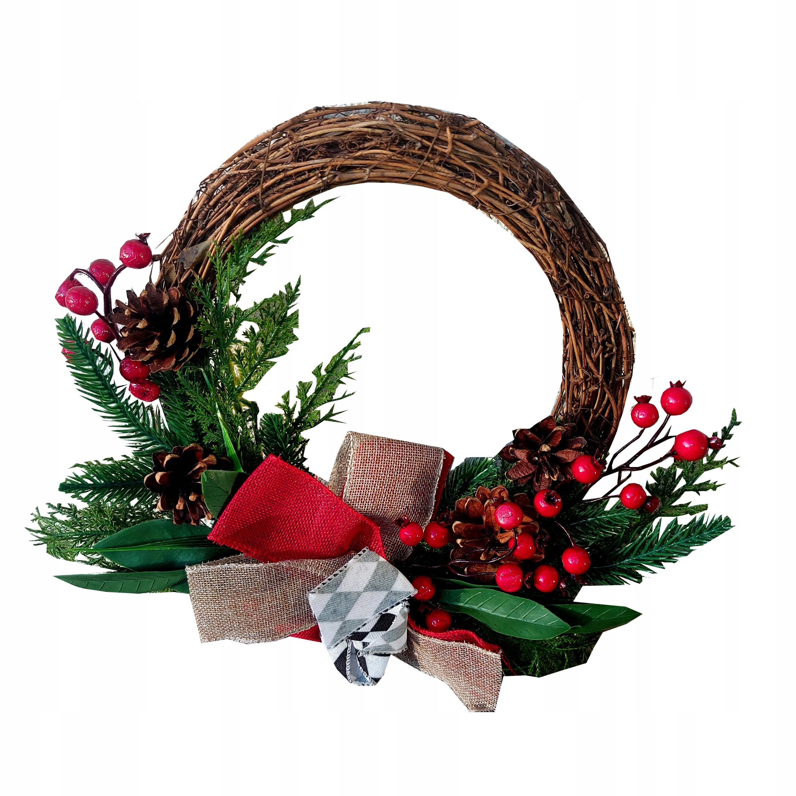 Рождественский венок на дверце каминного стола
