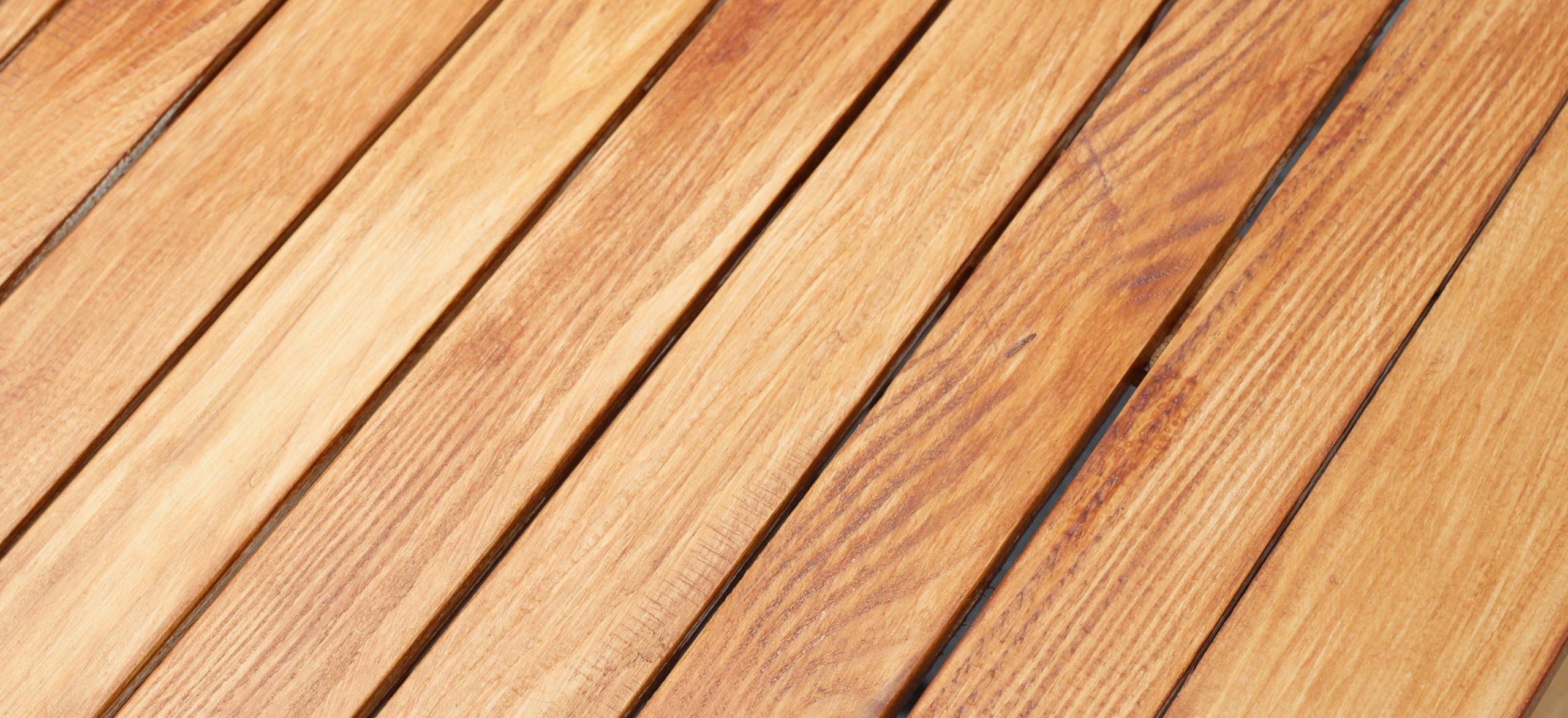 Sada záhradného nábytku z dreva 4 SEDADLO + 2 LAVICE Prevažujúcim materiálom je drevo