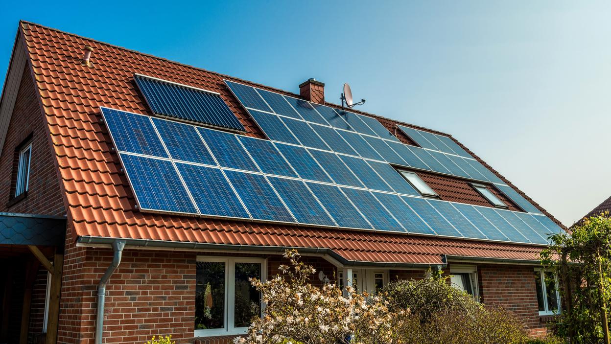 Kiedy sprawdzą się kolektory słoneczne, a kiedy panele fotowoltaiczne?