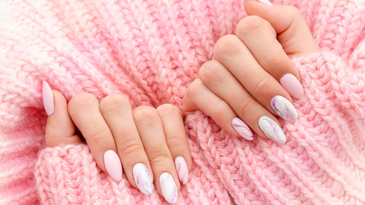 Manicure tytanowy. Co to jest i czym różni się od hybrydy?