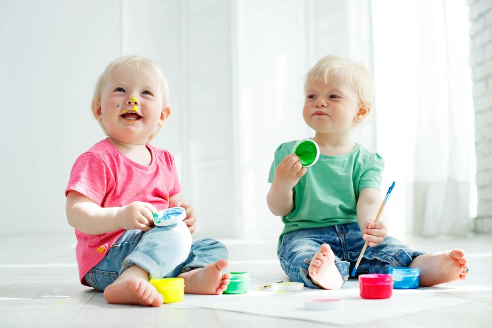 Bezpieczne kredki, farbki i plastelina dla rocznego dziecka