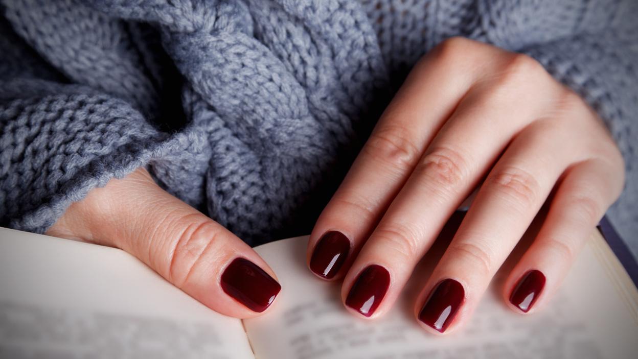 Bordowe paznokcie – inspiracje na modny manicure