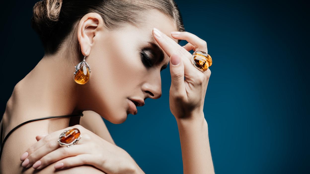 Moda na bursztyn w biżuterii. Do jakich stylizacji pasują ozdoby z bursztynem