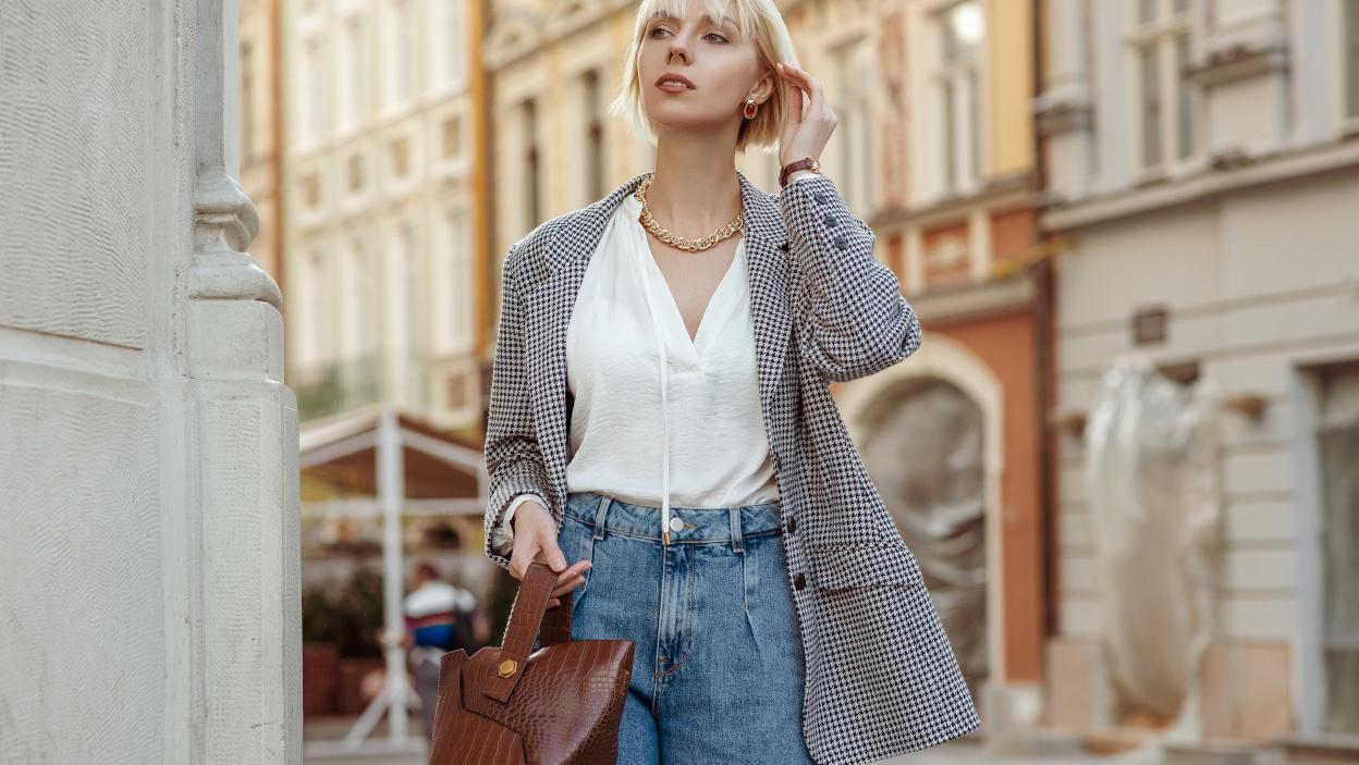 Spodnie jeansowe – jakie fasony nosimy w sezonie jesień-zima 2021/2022?