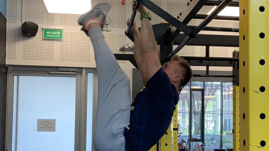 Trening brzucha na drążku dla bardziej zaawansowanych