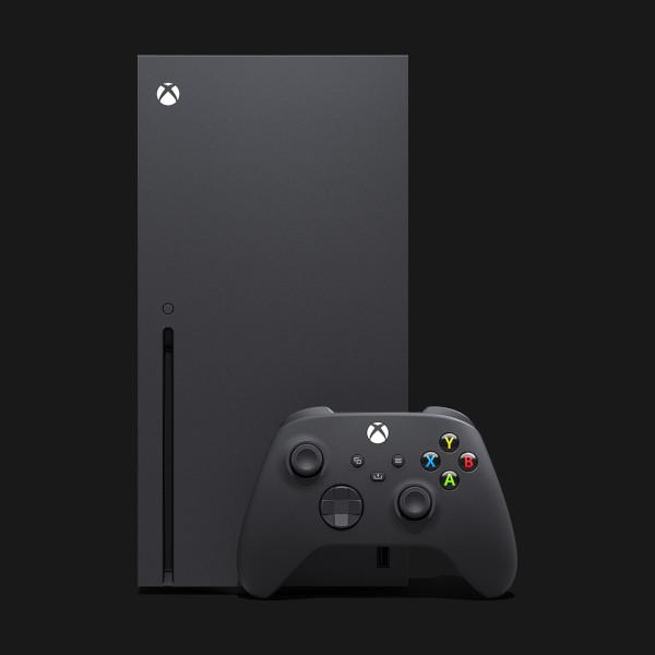 Xbox Series X z kontrolerem (padem) - widok z przodu
