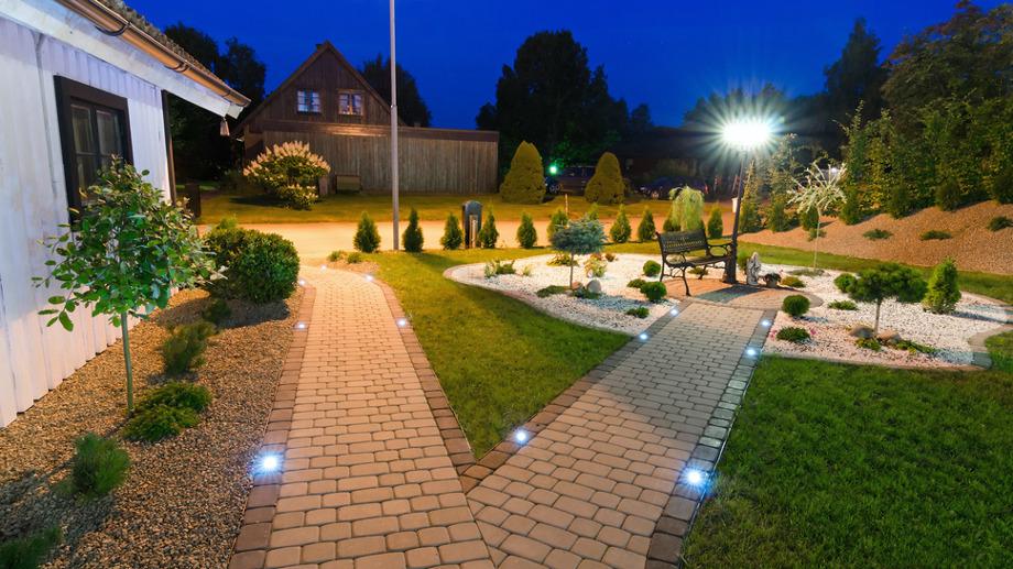 Rozświetl swój ogród za pomocą lamp do 100 zł