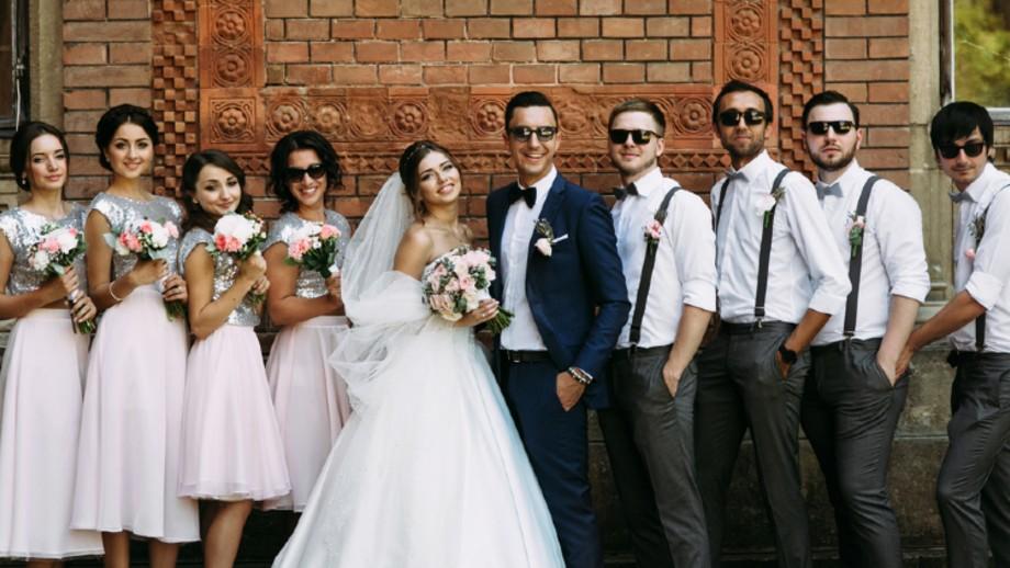Jak nie popełnić gafy, ubierając się na wesele? Wskazówki dla niej