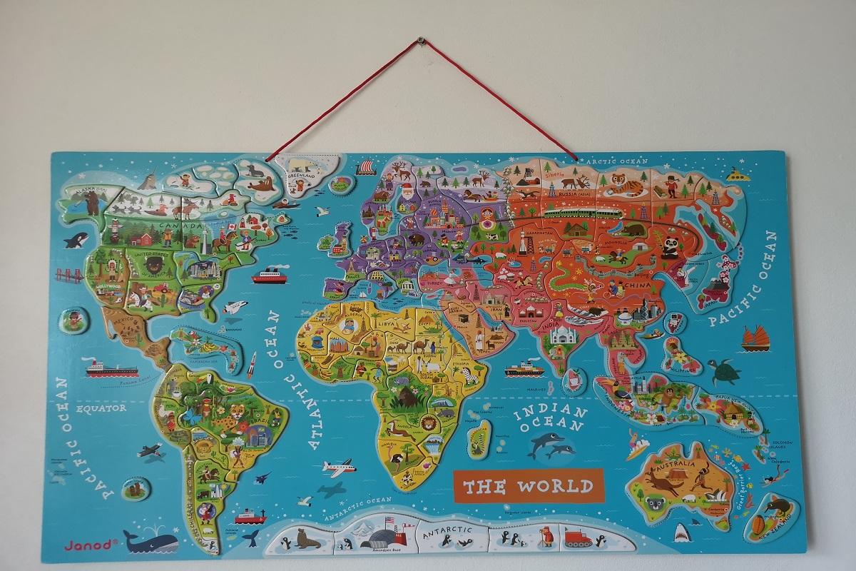 mapu možno zavesiť na strunu, dosku s magnetmi zavesenú na stene