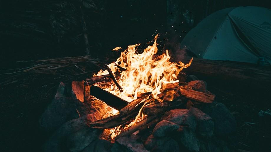 ognisko osłonięte przed wiatrem