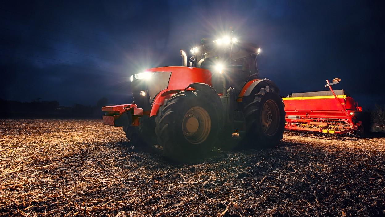 Jak wybrać dodatkowe oświetlenie do traktora i kombajnu?