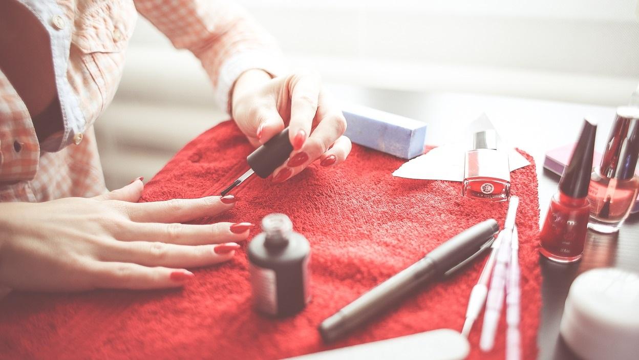 Profesjonalny manicure bez lampy – przegląd najlepszych propozycji