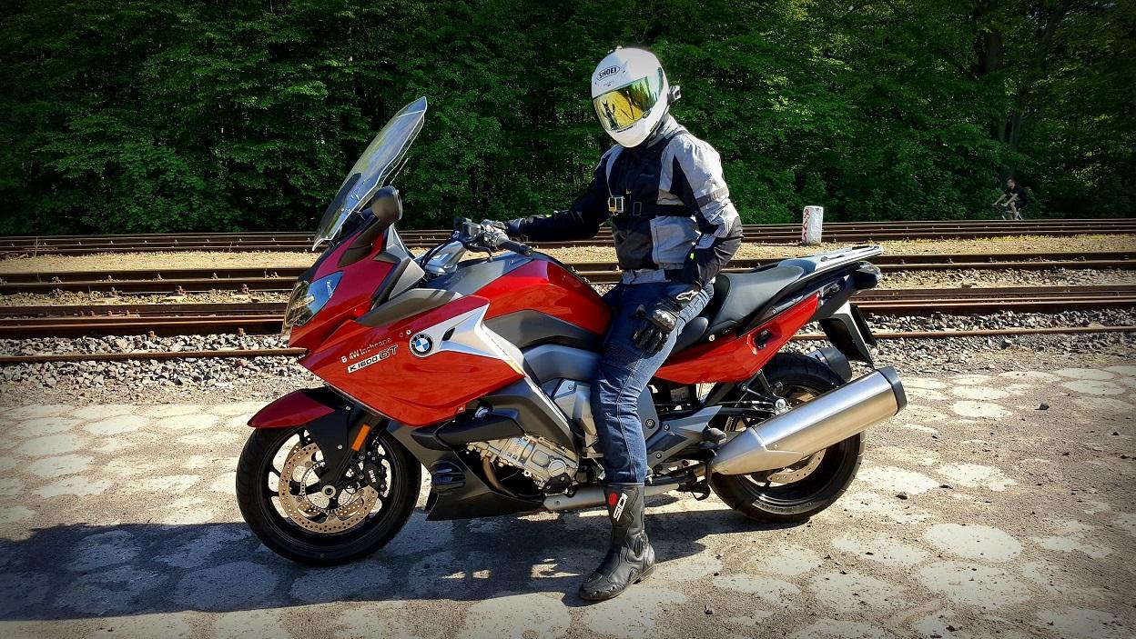 Turystyczne spodnie motocyklowe. Na co zwrócić uwagę przy wyborze?