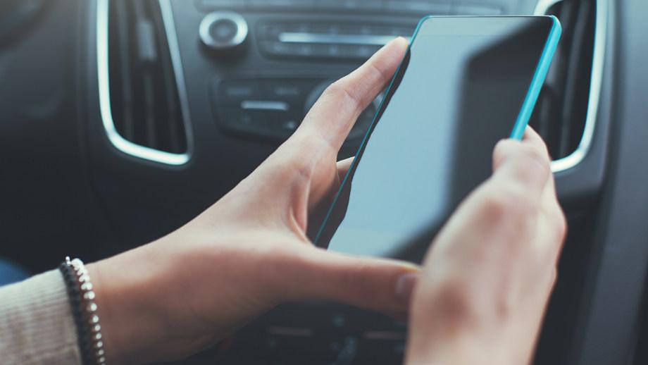 Uchwyt samochodowy z indukcyjnym ładowaniem - do czego, jaki kupić?