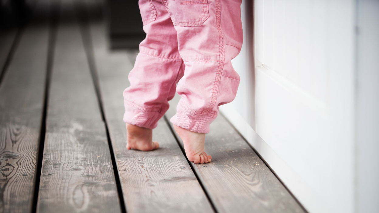 Dlaczego dzieci chodzą na palcach – przyczyny i zalecenia dla rodziców