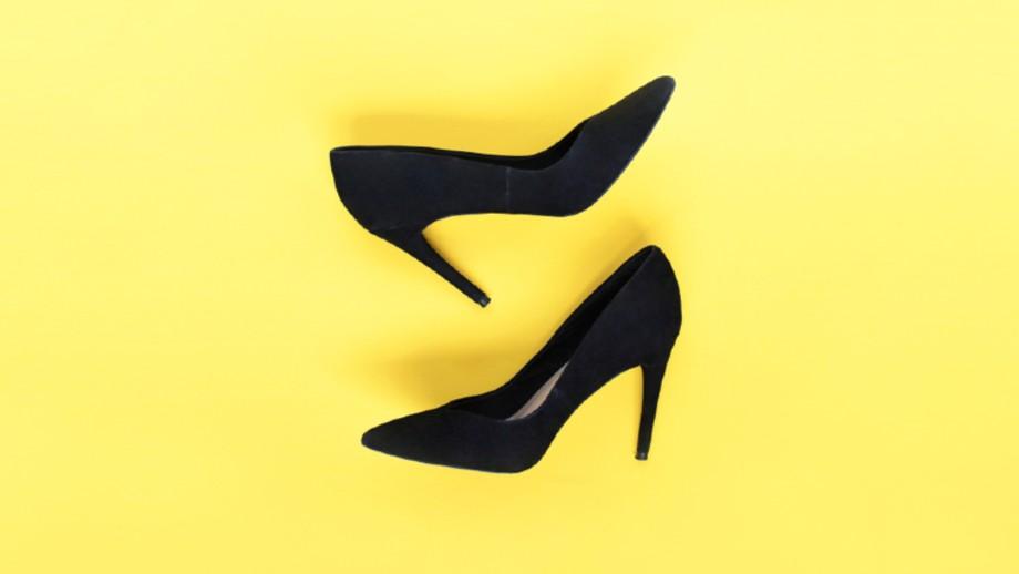 Klasyczne czarno białe buty będą pasowały Centrum