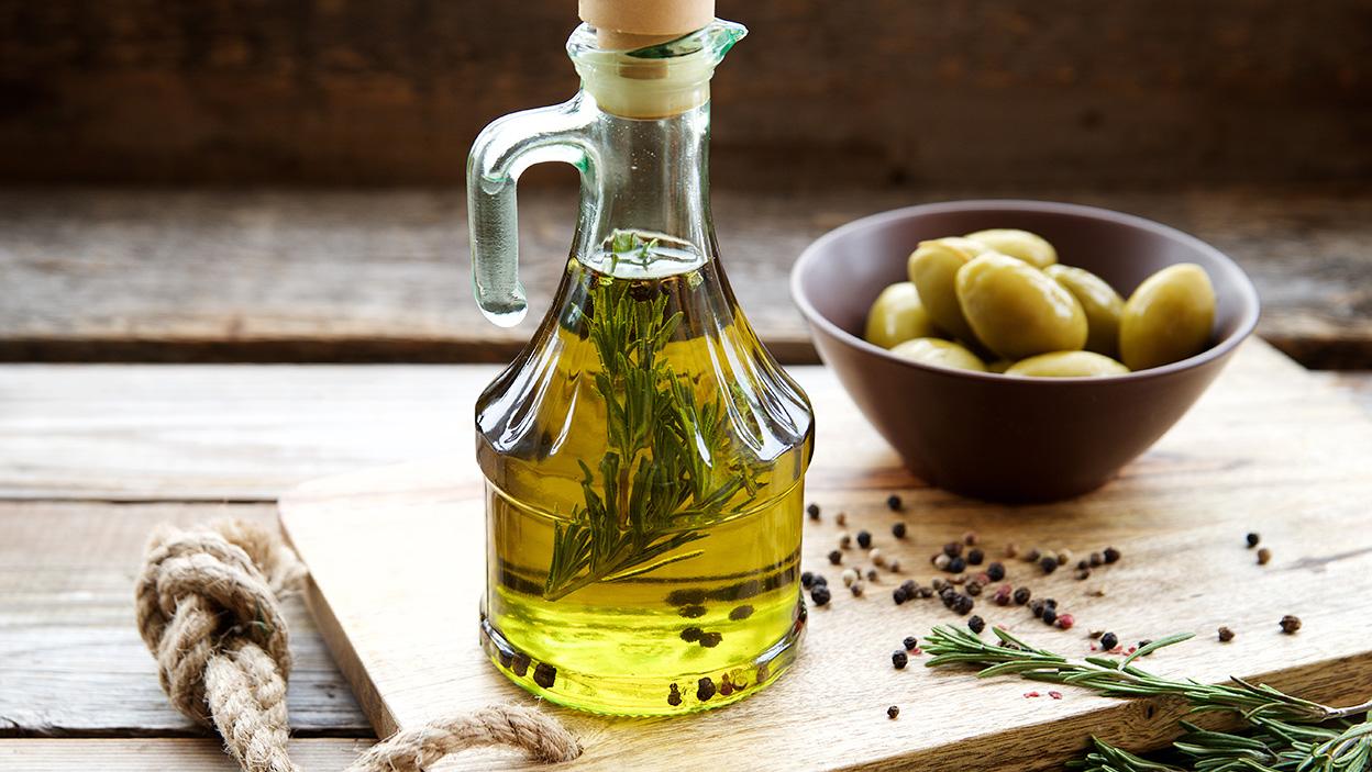Domowa oliwa smakowa. Aromatyczna przyprawa, z którą już nigdy się nie rozstaniesz