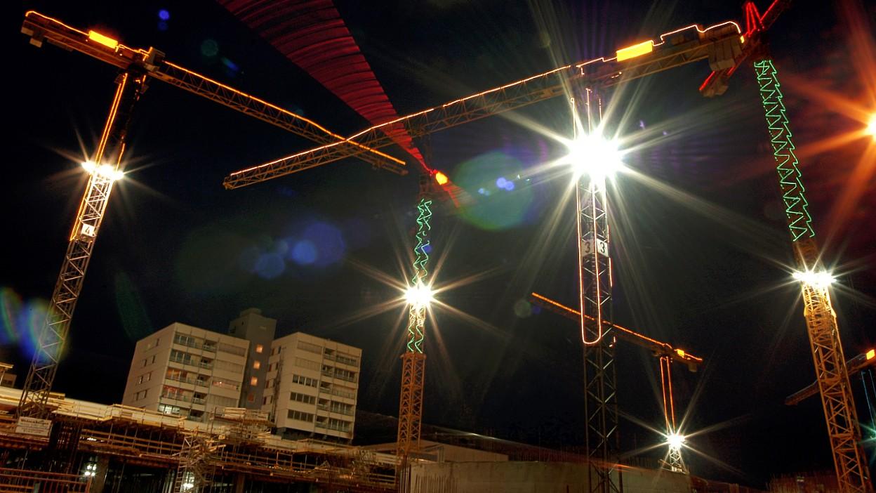 Oświetlenie placów budów. Jak zapewnić odpowiednie warunki pracy?