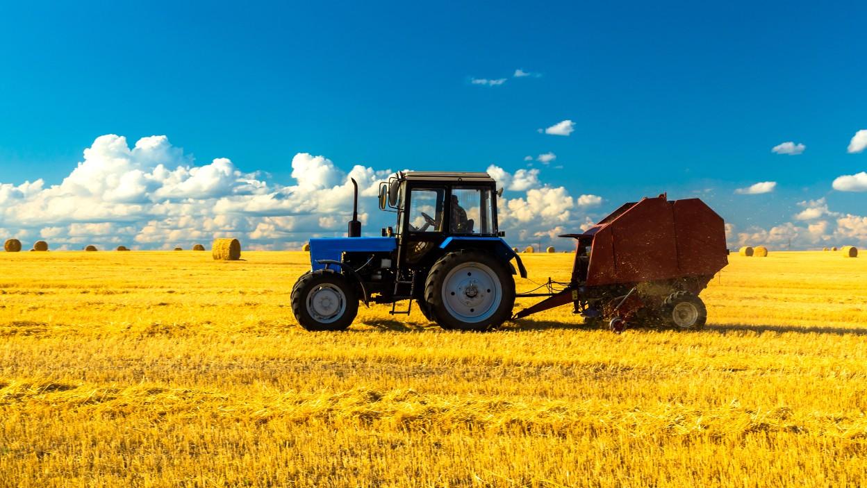 Wybieramy prasę rolującą do sianokiszonki i słomy. Podpowiadamy, którą wybrać
