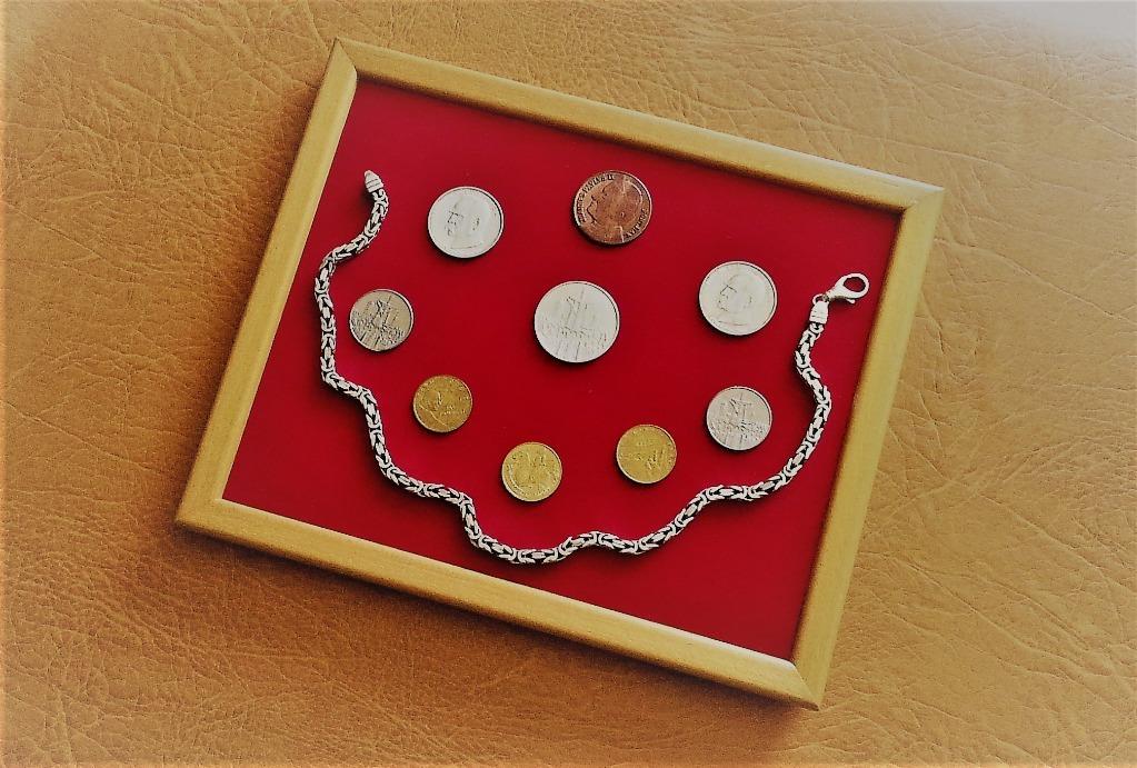 Новая палитра для презентации монет и украшений.