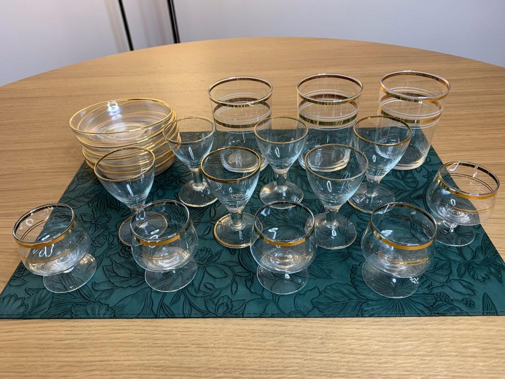 Szklane kieliszki z podstawkami