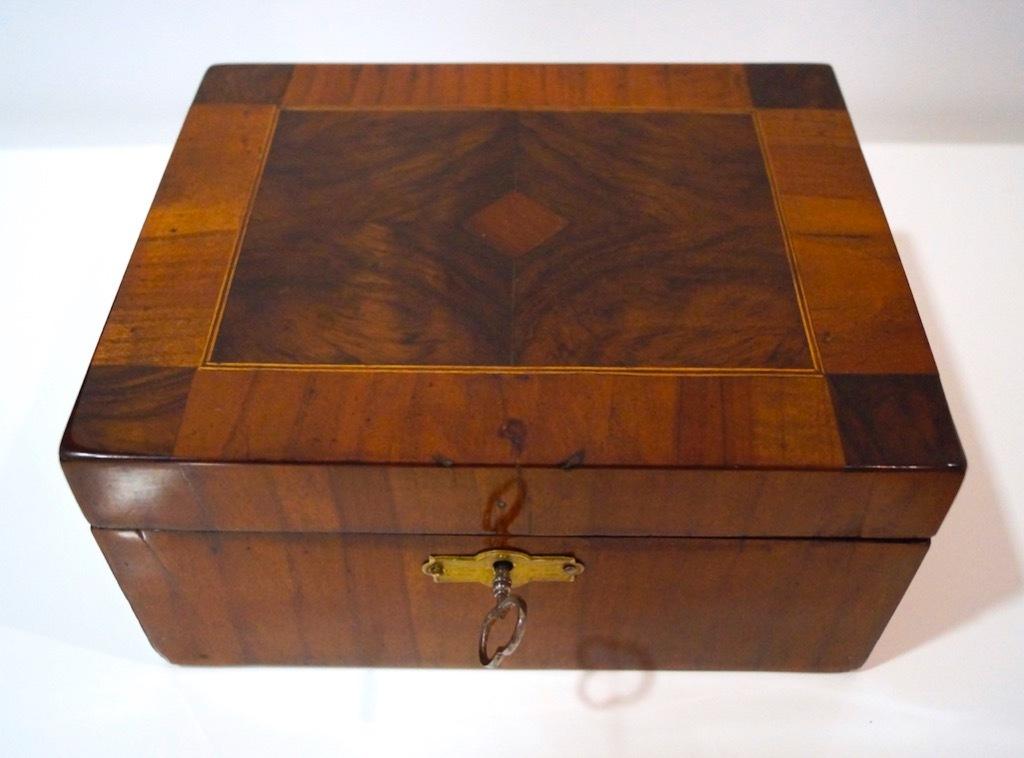 Piękna intarsjowana szkatułka z XIX wieku.
