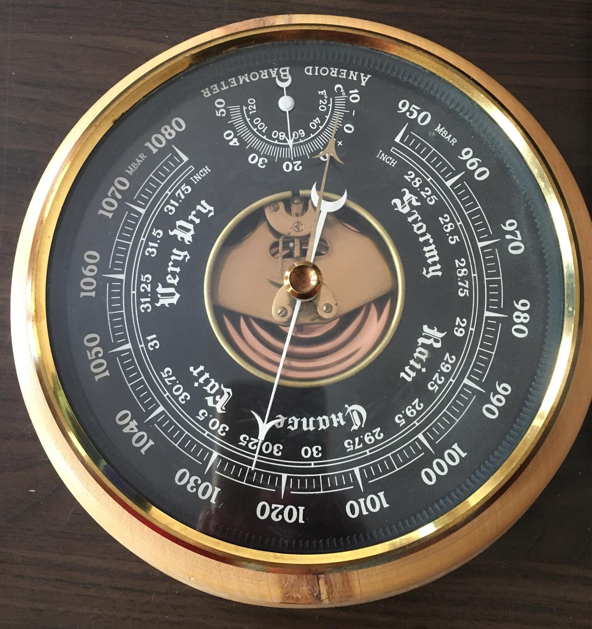 Барометр с термометром на стене