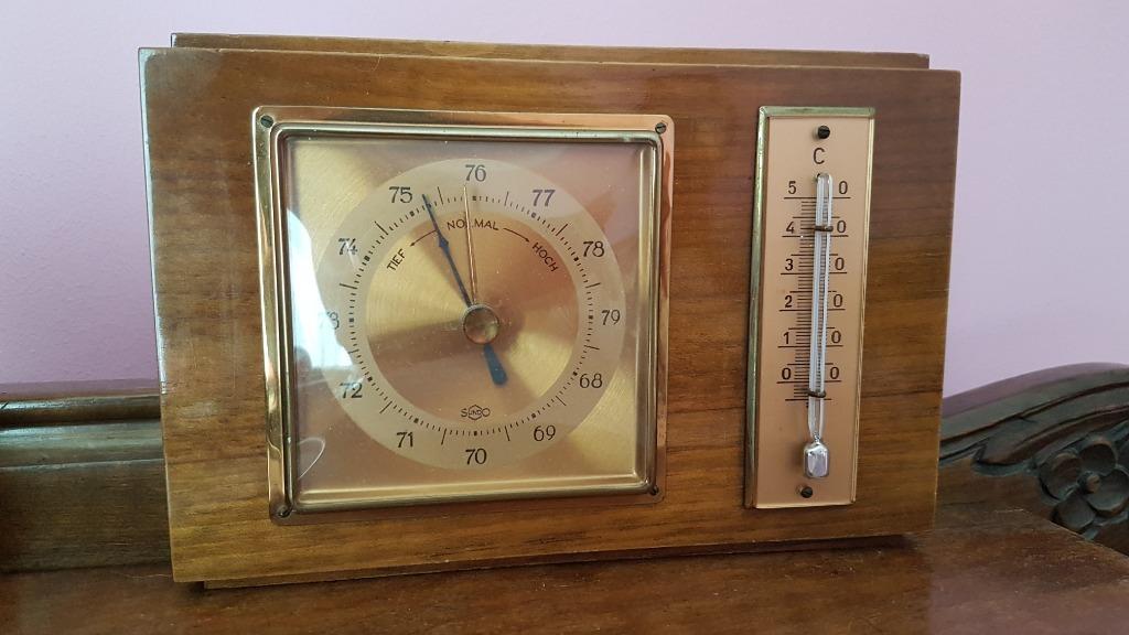 Старый деревянный барометр