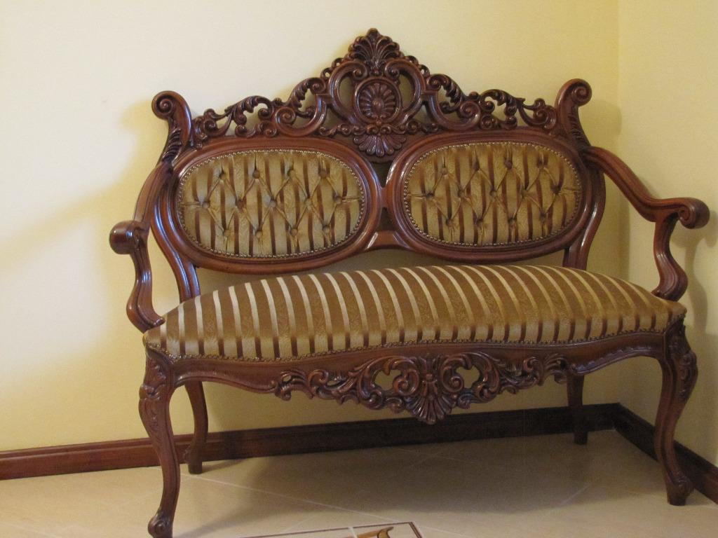 Скамейка с красивой старинной короной