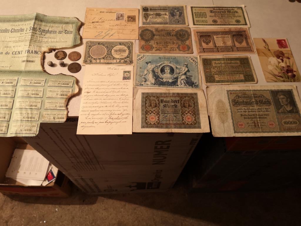 Zestaw starych monet, banktotów listów, dokumentów